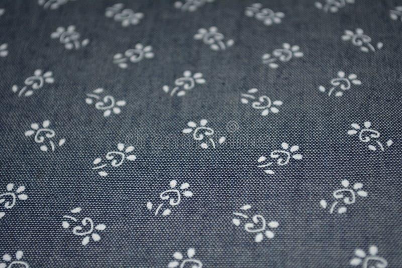 Sarja de Nimes azul com flores brancas imagem de stock