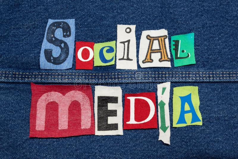 Sarja de Nimes com colagem SOCIAL dos MEIOS das letras da tela impressas no jérsei em cores brilhantes, mercado inovativo fotografia de stock