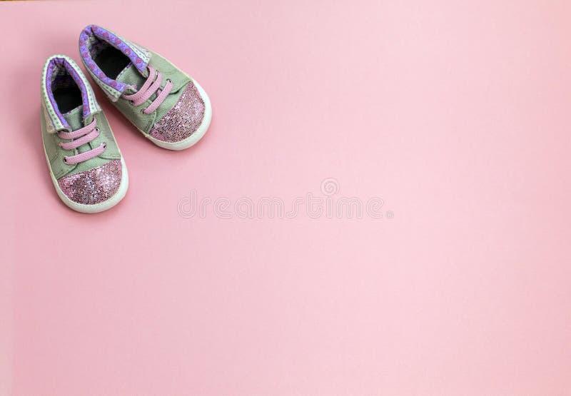 A sarja de Nimes do ` s das crianças ostenta sapatas para meninas, está em um fundo cor-de-rosa imagem de stock