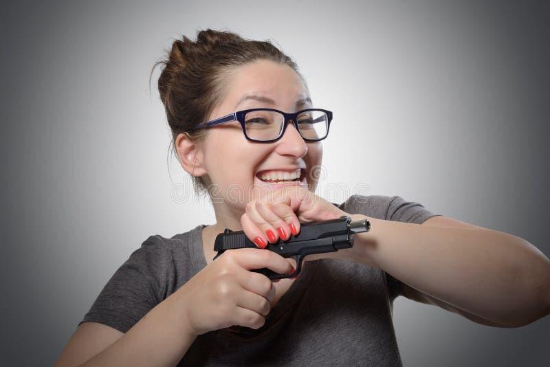 Sarkastycznie dziewczyna z pistoletem, grymasu portret zdjęcie royalty free