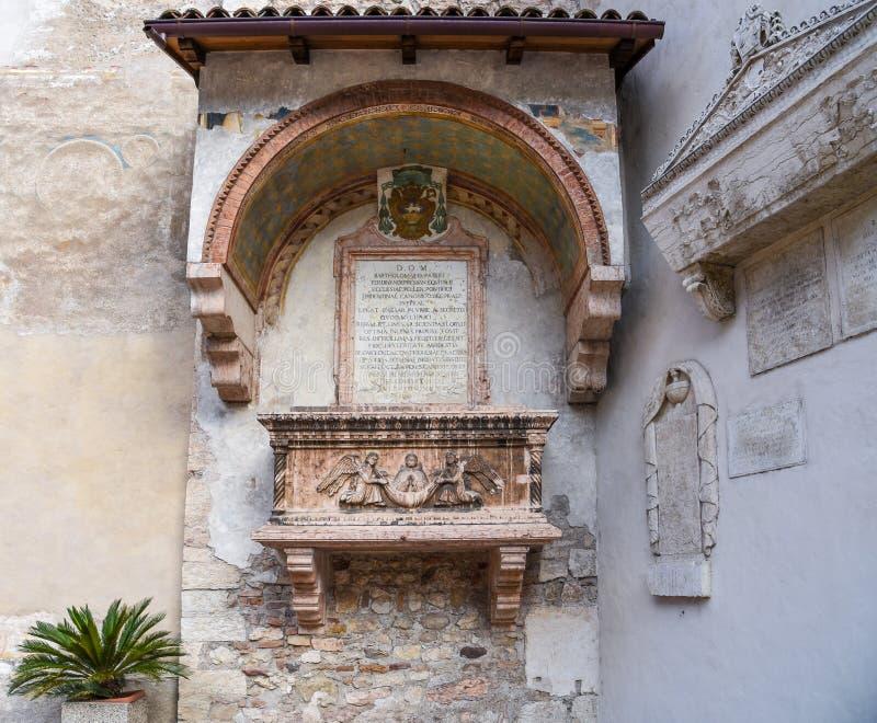 Sarkofag na zewnętrznie façade mały kościół Sant ` Apollinare, Trento, Trent Abati, Sarcofago degli Abati - obraz royalty free