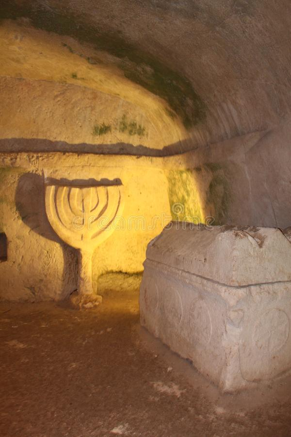 Sarkofag och menoror på Beit Shearim, nordliga Israel fotografering för bildbyråer