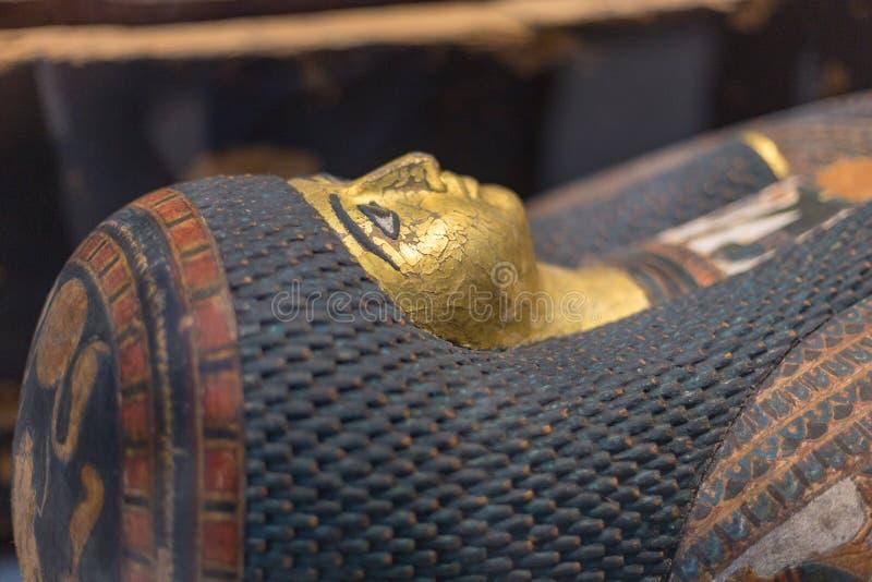 Sarkophagsgesicht in der Louvre-Linse stockfotos