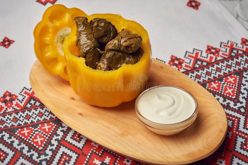 Sarmale tradicional del rumano o de Moldavia de la comida con la carne, el arroz y las verduras en pimienta de la belleza con el  fotografía de archivo libre de regalías