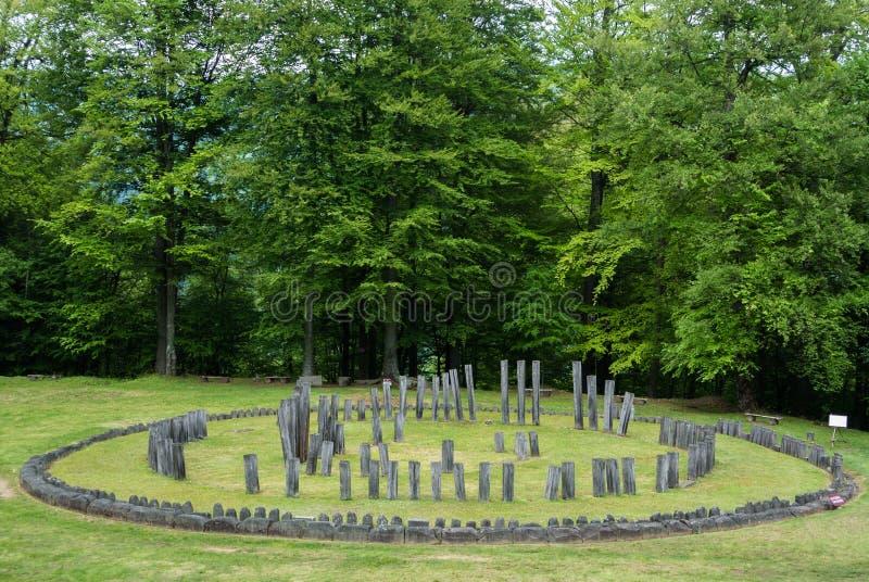 Sarmizegetusa Regia - Dacian-Ruinen des Kreistempels stockfotografie