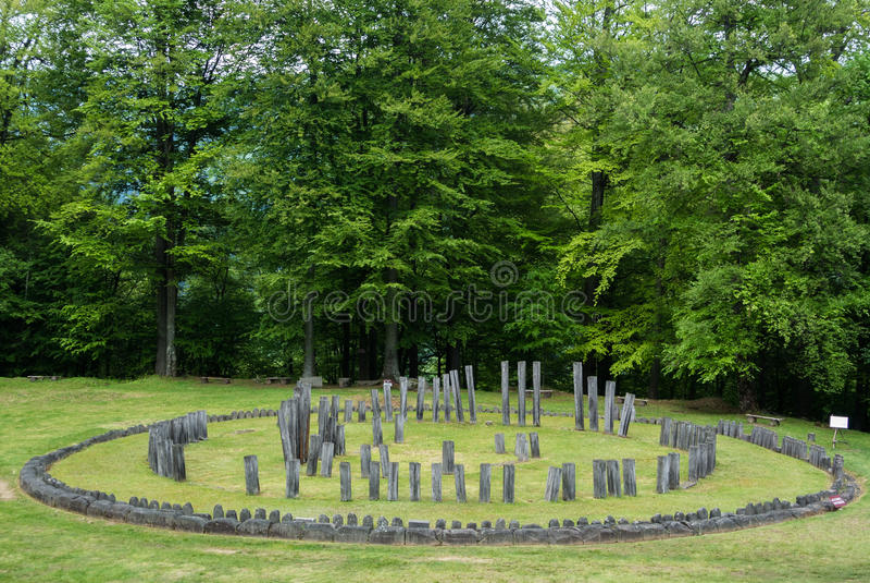Sarmizegetusa Regia - ruines de Dacian de temple circulaire photographie stock
