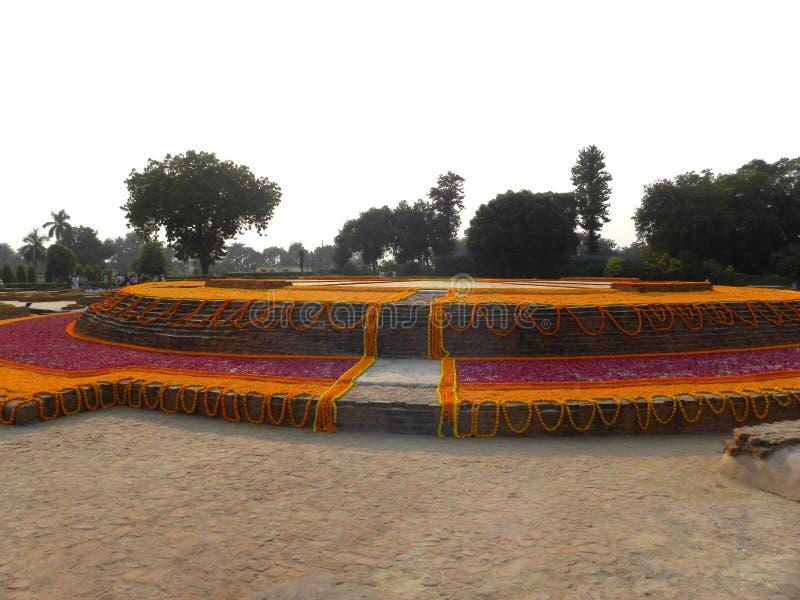 Sarnath, Uttar Pradesh, Índia - 1º de novembro de 2009 monastério budista antigo de Dharmarajika Stupa imagens de stock