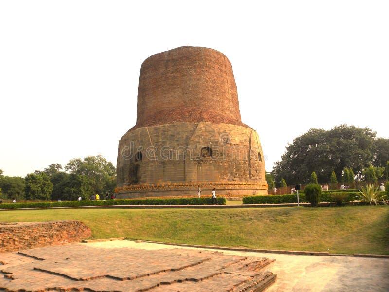 Sarnath, Uttar Pradesh, Índia - 1º de novembro de 2009 opinião cênico da paisagem do monastério budista antigo de Dhamek Stupa fotografia de stock royalty free