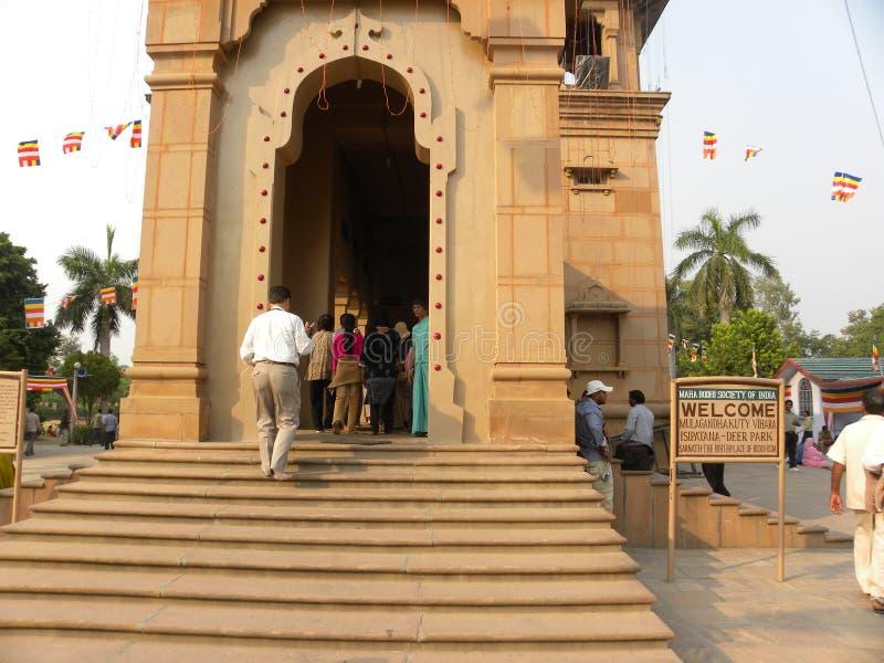 Sarnath, Uttar Pradesh, Índia - 1º de novembro de 2009 pessoa que vai dentro do templo budista de Mulagandhakuti Vihara foto de stock