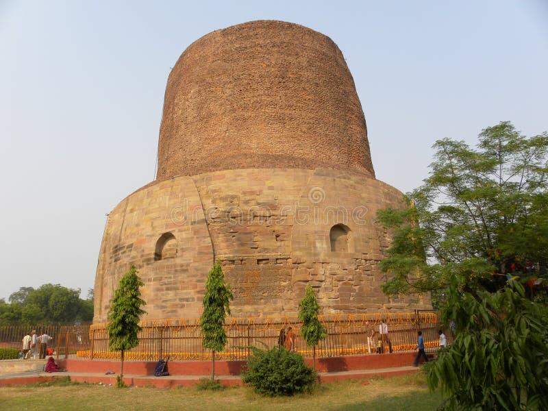 Sarnath, Uttar Pradesh, Índia - ajardine 1º de novembro de 2009 a vista de Dhamek Stupa fotos de stock