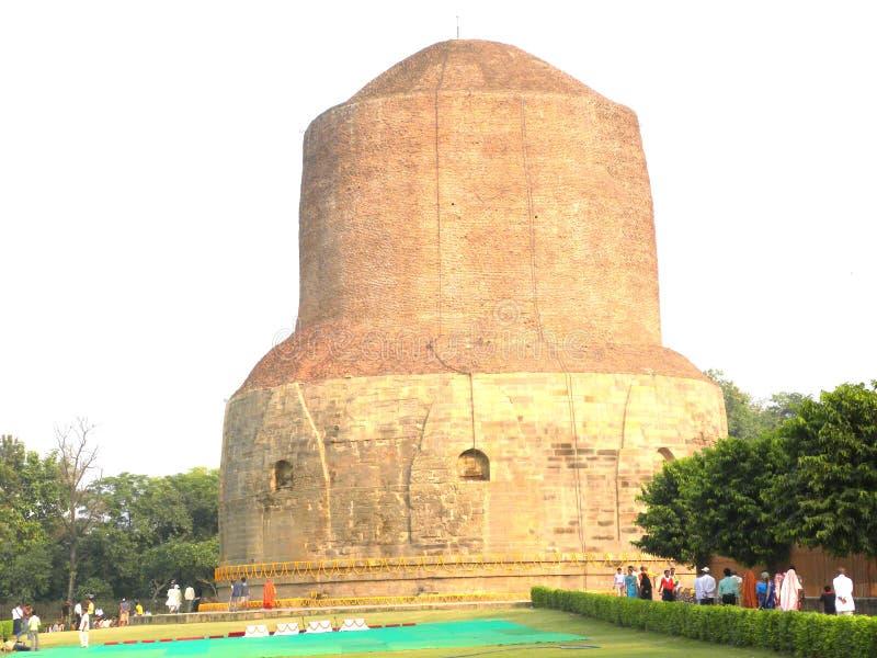 Sarnath, Uttar Pradesh, Índia - ajardine 1º de novembro de 2009 a vista de Dhamek Stupa fotos de stock royalty free