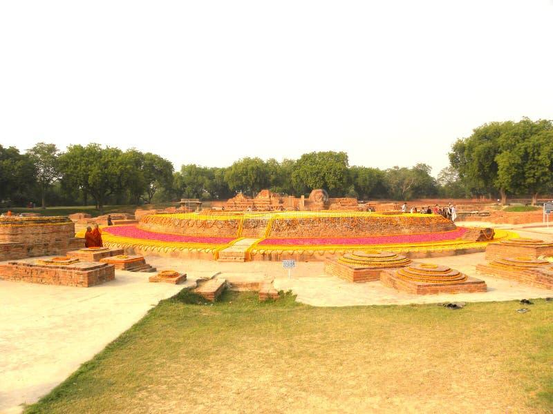Sarnath, uttar pradesh, Inde - 1er novembre 2009 ruines antiques du monastère bouddhiste de Dharmarajika Stupa image libre de droits