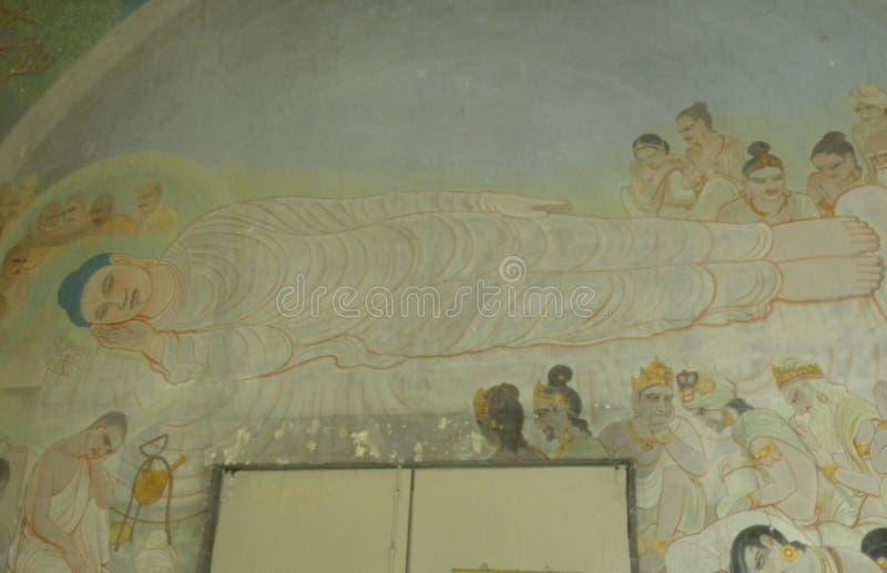 Sarnath, Uttar Pradesh, India - November 1, het Oude muurschilderij van 2009 van Doende leunen Boedha royalty-vrije stock afbeeldingen
