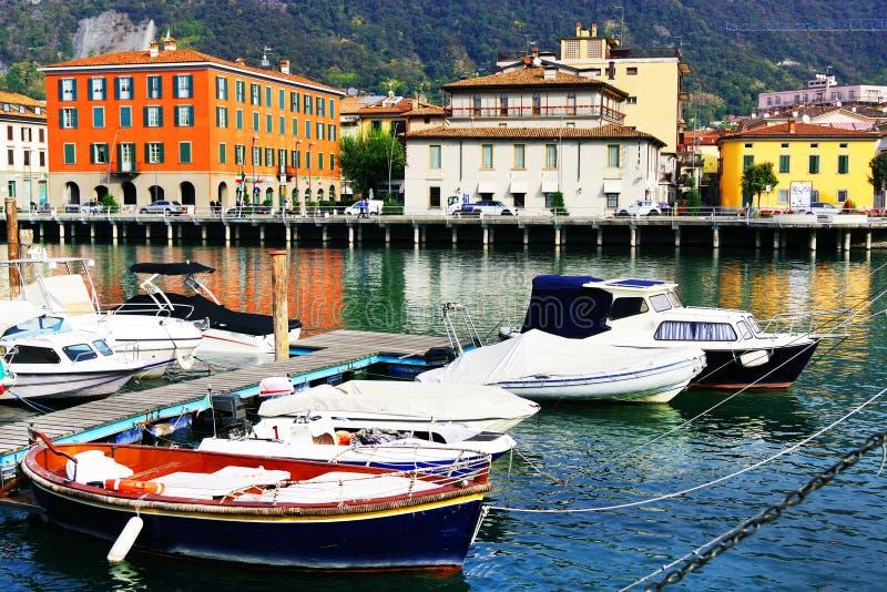 SARNICO, ITALIA, IL 21 OTTOBRE 2018: Città veduta da Paratico, la città di Sarnico dalla riva opposta del lago Iseo immagine stock libera da diritti
