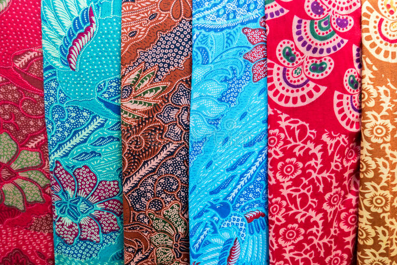 Sarongs coloridos surpreendentes do Balinese para a venda em Ubud, Bali, Indone fotografia de stock