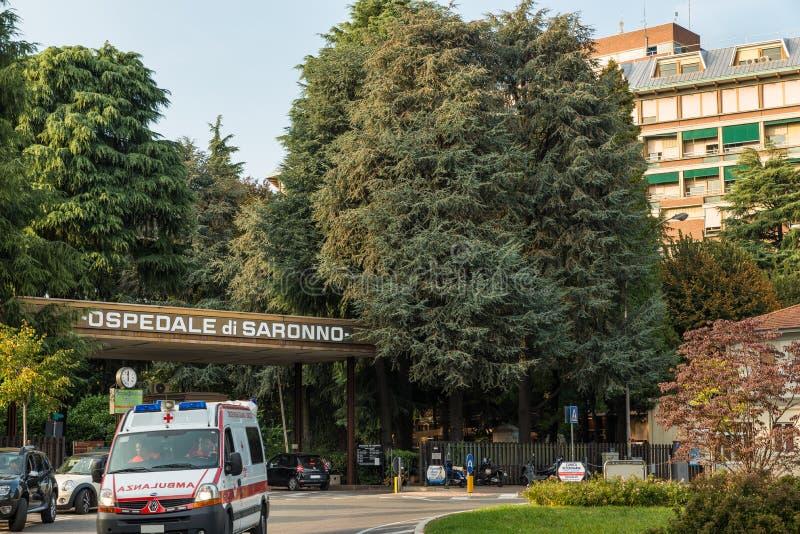 Saronno, Italien Eingang zum Krankenhaus mit abgehendem Krankenwagen stockbilder