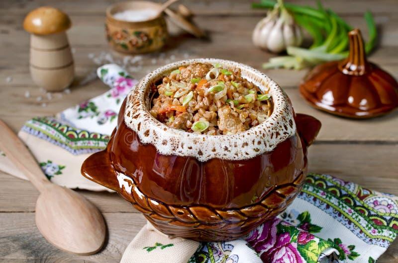 Sarrasin avec de la viande dans le pot photo stock
