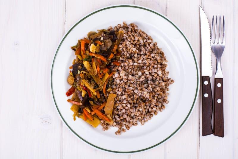 Sarrasin bouilli avec les légumes cuits images stock