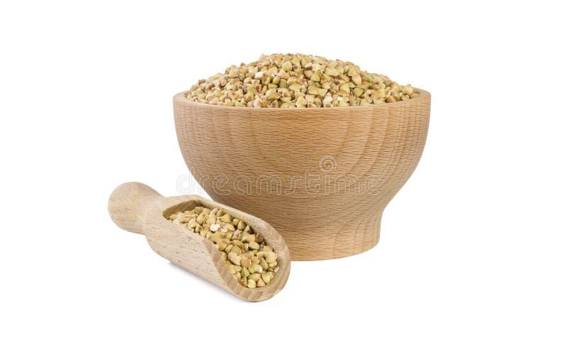 Sarrasin cru dans la cuvette en bois et le scoop d'isolement sur le fond blanc nutrition bio Ingr?dient de nourriture naturel Fro photos stock