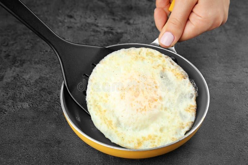 Sartén con el huevo frito fácil excesivo imagen de archivo libre de regalías