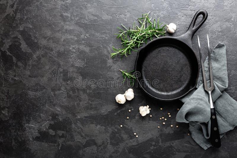 Sartén vacío del arrabio en el fondo culinario gris oscuro, visión desde arriba foto de archivo libre de regalías