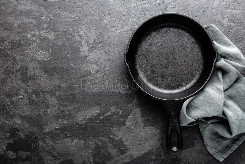 Sartén vacío del arrabio en el fondo culinario gris oscuro, visión desde arriba fotos de archivo libres de regalías