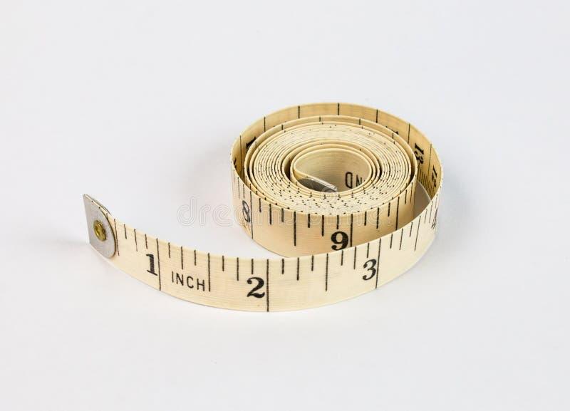 Sarti che misurano nastro sopra isolato su fondo bianco fotografia stock libera da diritti