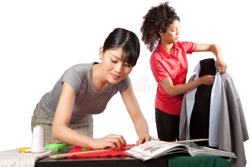 Sarto da donna sul lavoro immagini stock libere da diritti