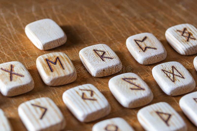 Sasów drewniani handmade runes na rocznika stole Na each rune symbolu dla pomyślności mówić wyznaczają zdjęcie royalty free