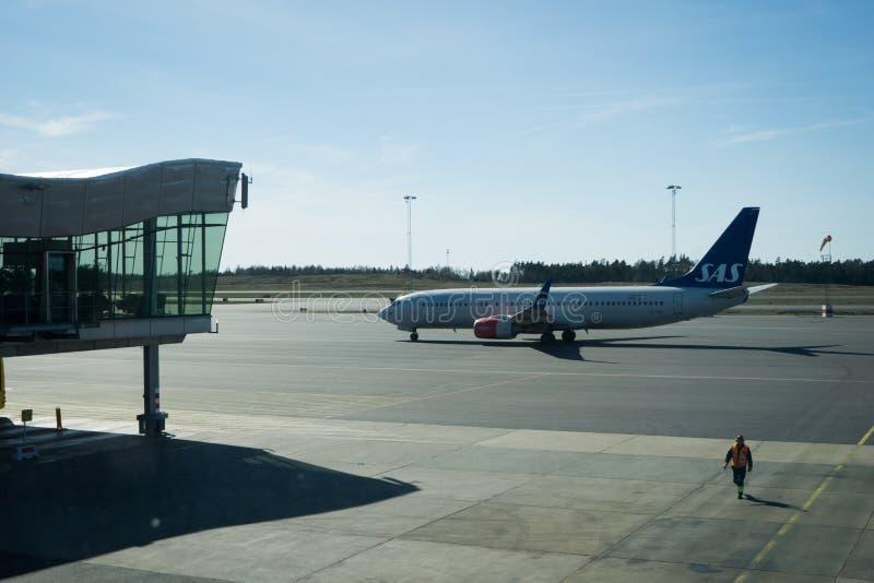 SAS Vliegtuig en zitkamer in de Luchthaven van Gothenburg in Zweden stock afbeeldingen