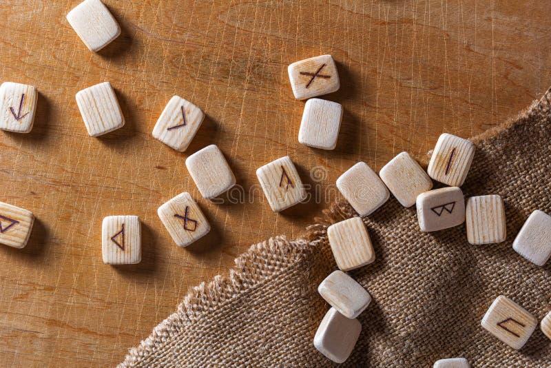 Sas?w drewniani handmade runes na rocznika stole Na each rune symbolu dla pomy?lno?ci m?wi? wyznaczaj? obrazy stock
