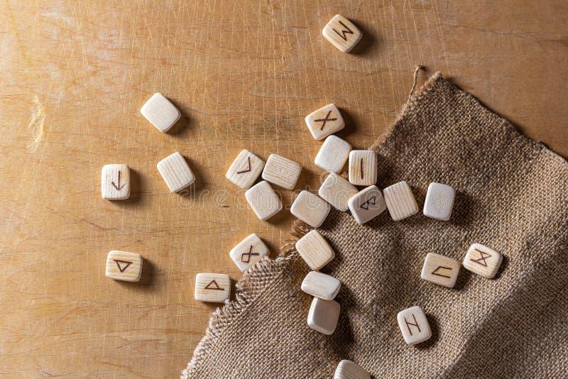 Sas?w drewniani handmade runes na rocznika stole Na each rune symbolu dla pomy?lno?ci m?wi? wyznaczaj? obraz royalty free