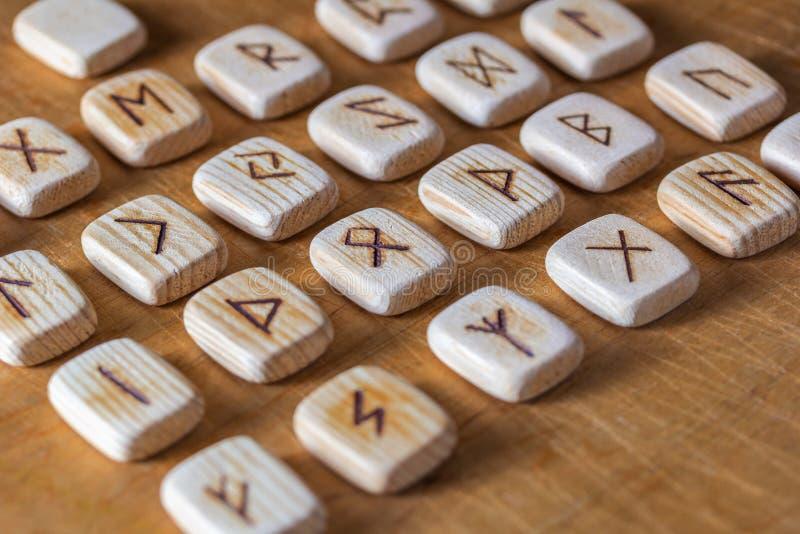 Sas?w drewniani handmade runes na rocznika stole Na each rune symbolu dla pomy?lno?ci m?wi? wyznaczaj? zdjęcie royalty free