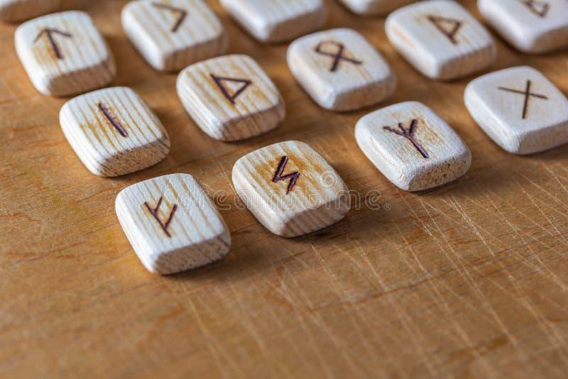 Sas?w drewniani handmade runes na rocznika stole Na each rune symbolu dla pomy?lno?ci m?wi? wyznaczaj? zdjęcie stock