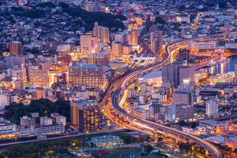 Sasebo de stad in bij nacht, Nagasaki, Kyushu stock fotografie