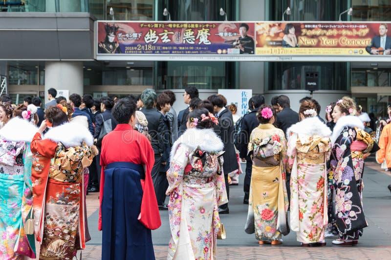 Sasebo, Japão - 7 de janeiro de 2018: Mulheres e homens japoneses no quimono durante o comi fotos de stock