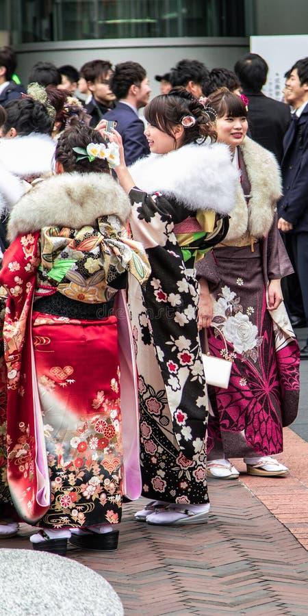 Sasebo, Japão - 7 de janeiro de 2018: Mulheres japonesas no ` s do quimono durante o co imagens de stock