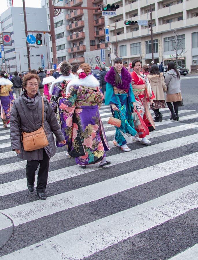 Sasebo, Japan - 07JAN2018: Japanse vrouwen die de straat kruisen tijdens komst van leeftijdsdag in Japan stock foto's