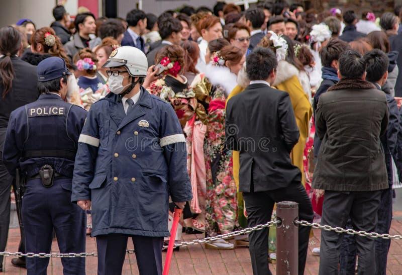 Sasebo, Japan - 07JAN2018: Politiehorloge van menigte tijdens Com royalty-vrije stock foto