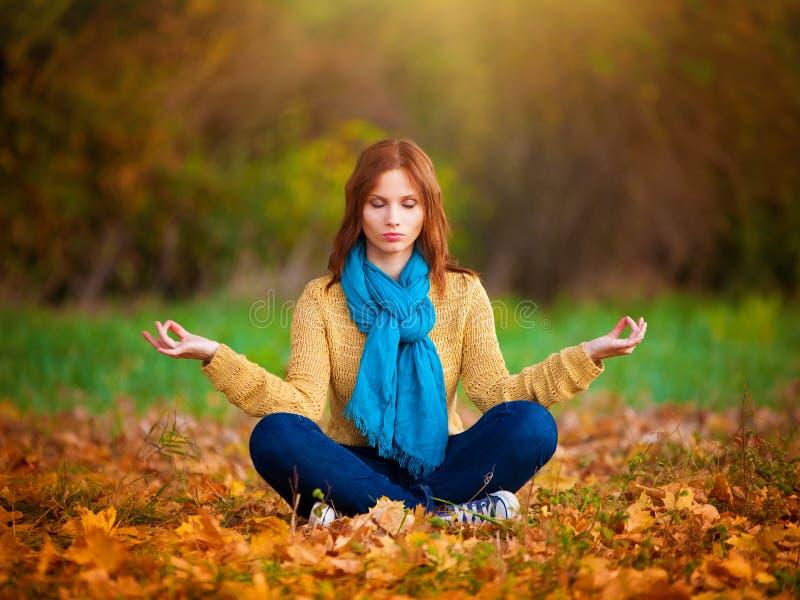 sasha meditazione beige delle blue jeans e della sciarpa del maglione della donna immagini stock libere da diritti