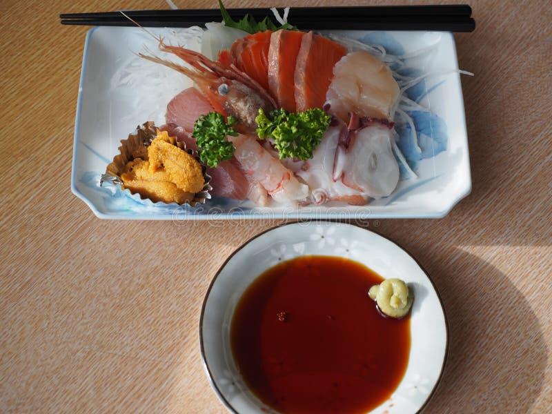 Sashimi καθορισμένο - ιαπωνική λιχουδιά που αποτελείται από τα ακατέργαστα ψάρια και τα θαλασσινά στοκ φωτογραφία