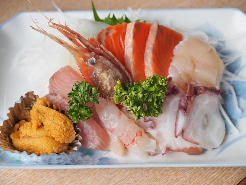 Sashimi καθορισμένο - ιαπωνική λιχουδιά που αποτελείται από τα ακατέργαστα ψάρια και τα θαλασσινά στοκ εικόνα με δικαίωμα ελεύθερης χρήσης