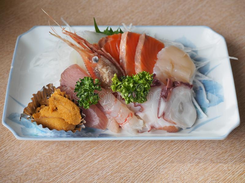 Sashimi καθορισμένο - ιαπωνική λιχουδιά που αποτελείται από τα ακατέργαστα ψάρια και τα θαλασσινά στοκ φωτογραφίες με δικαίωμα ελεύθερης χρήσης