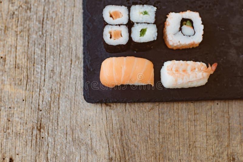 Sashimi ajustado do sushi e rolos de sushi servidos fotografia de stock