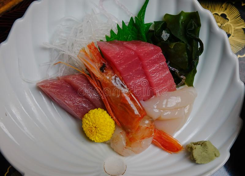 Sashimi cortado mezclado de los pescados en el hielo en cuenco foto de archivo