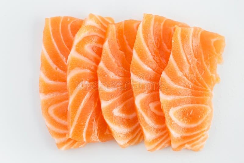 Sashimi crudo de color salmón en blanco imagenes de archivo