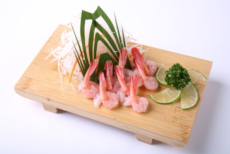 Sashimi de Amaebi (camarón dulce) con la cal cortada aislada en blanco fotos de archivo