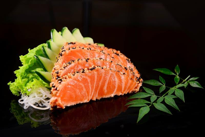 Sashimi de color salmón chamuscado imagen de archivo libre de regalías