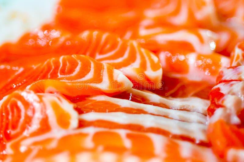 Sashimi de color salmón, cierre para arriba del modelo en salmones de la rebanada fotografía de archivo