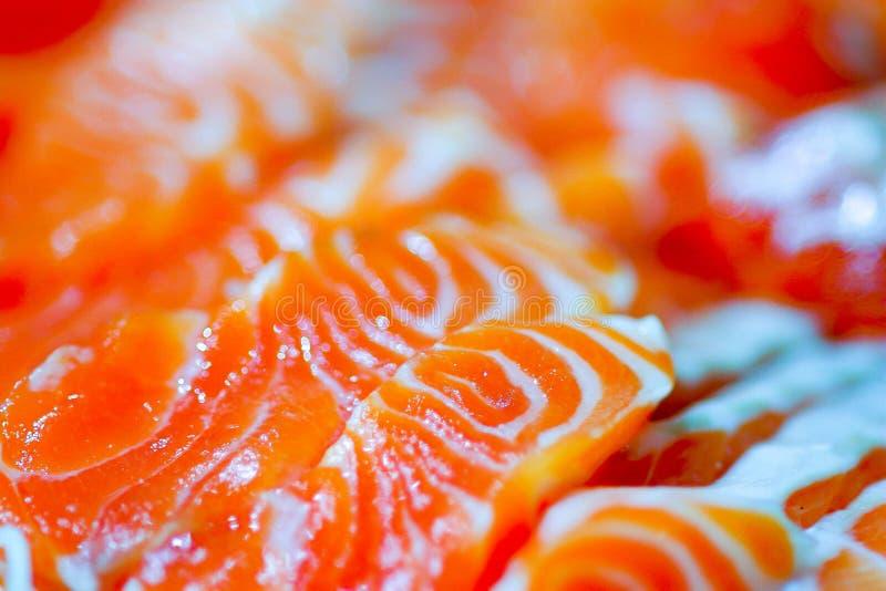 Sashimi de color salmón, cierre para arriba del modelo en salmones de la rebanada fotos de archivo libres de regalías